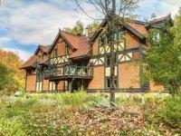 Maison unique sur terrain bordant la Rivière Rouge  - Maison 5000 pi. carré, poutres apparentes de style normand